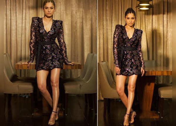 शॉर्ट ड्रेस विद फुल स्लीव्स