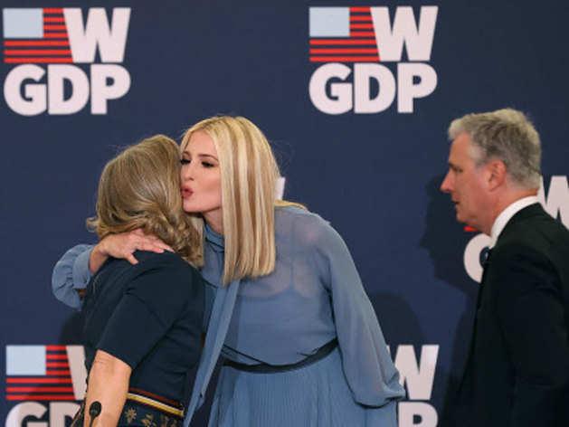 डॉनल्ड ट्रंप को यूं बेटी इवांका ने पहनाया था US प्रेजिडेंट का 'ताज', आ रही हैं भारत