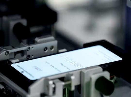 मशीनी हाथ से हुई सैमसंग Galaxy Z Flip की टेस्टिंग, देखें कैसा बना फोन