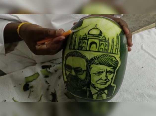 तमिलनाडु में एक कलाकार ने तरबूज पर उकेरा डोनल्ड ट्रंप और नरेंद्र मोदी का चेहरा
