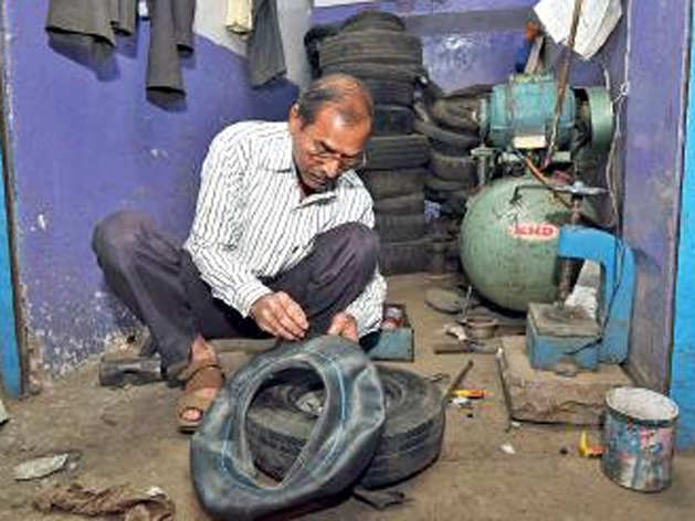 पंक्चर बनाने की दुकान चलाते हैं पीएन देशमुख