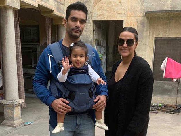 वाइफ नेहा धुपिया और बेटी के साथ अंगद बेदी