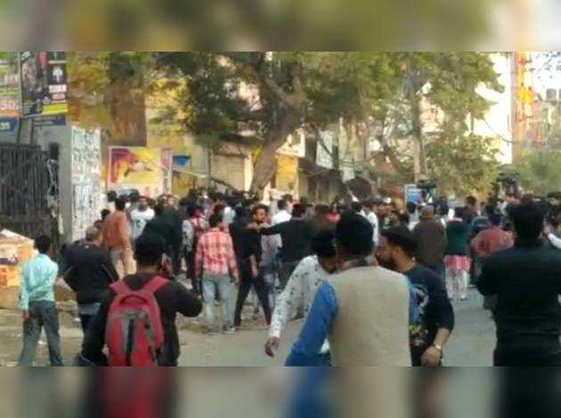 दिल्ली के नॉर्थ-ईस्ट इलाके में CAA पर बवाल, समर्थकों-विरोधियों के बीच पथराव