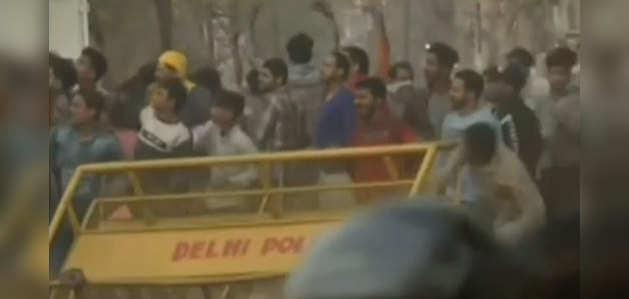 दिल्ली: जाफराबाद में प्रदर्शन की जगह पर झड़प, पथराव