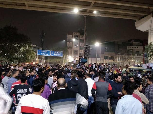 सीएए के विरोधी और समर्थकों के बीच दिल्ली के मौजपुर में पथरबाजी हुई है।