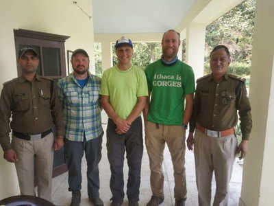 पुलिस दल के साथ अमेरिकी पर्यटक
