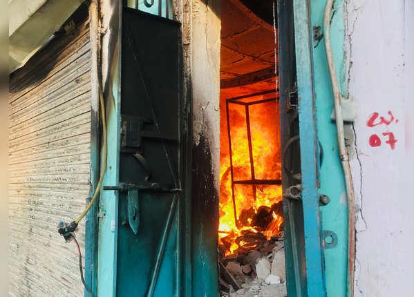 उपद्रवियों ने दुकानों में की आगजनी