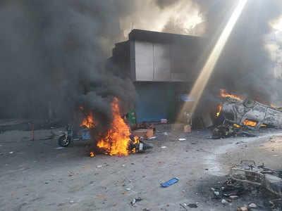 दिल्ली के जाफराबाद, चांदबाग और मौजपुर में रविवार को हुई हिंसा के बाद सोमवार यमुनापार के कई इलाकों में विरोध प्रदर्शन हिंसक हो गया। भजनपुरा इलाके में सीएए के विरोध में प्रदर्शनकारियों ने एक पेट्रोल पंप को आग के हवाले कर दिया और कई गाड़ियों में आगजनी की है। दिल्ली के यमुनापार इलाके में बवालियों ने जमकर हंगामा किया। कई गाड़ियों को आग के हवाले कर दिया गया।