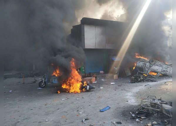 बवालियों ने कई वाहनों को किया आग के हवाले