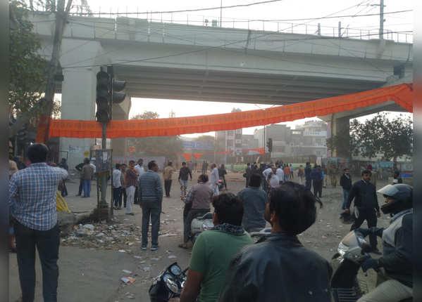 मौजपुर में उमड़ी भीड़