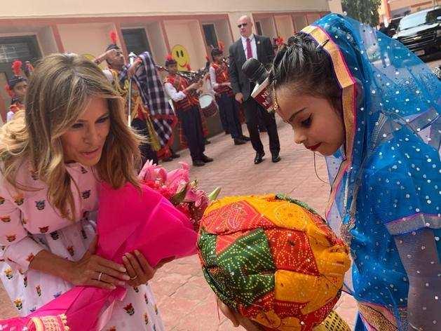 बच्चों ने किया अमेरिका की फर्स्ट लेडी मेलानिया ट्रंप का स्वागत