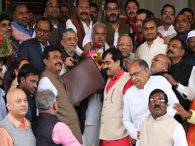 बजट पेश करने के लिए विधानसभा जाते हुए सुशील कुमार मोदी