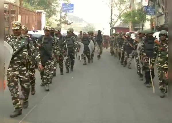 सुरक्षा बलों ने किया फ्लैग मार्च