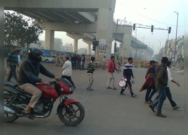 मौजपुर में सुरक्षा के बीच लोगों की चहलकदमी शुरू