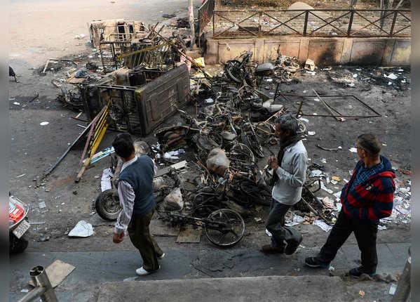 सड़क पर जो वाहन दिखा जला दिया गया