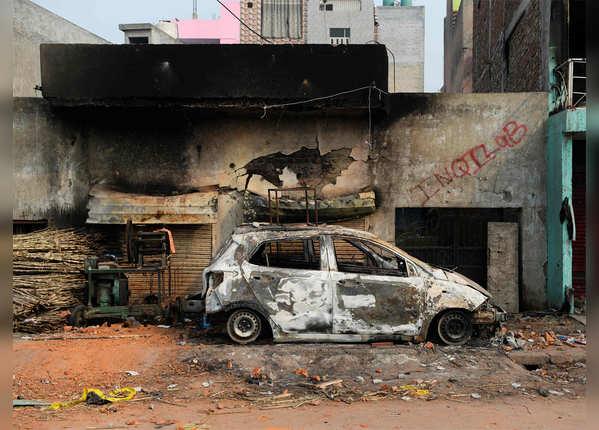 चली हुईं कारें, दीवार पर 'इंकलाब'
