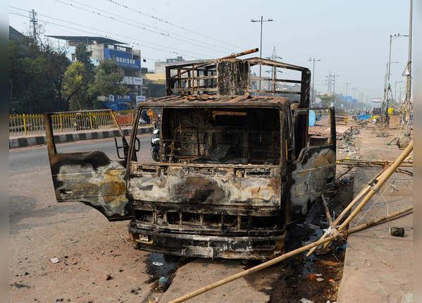 गाड़ी ही नहीं जला दी गई, एक रोजी भी धुआं हो गई