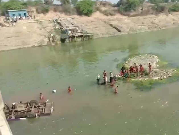 नदी में गिरी बस