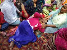 नोएडा अथॉरिटी के खिलाफ धरना दे रहे किसानों का पुलिस से संघर्ष, कई महिलाएं घायल