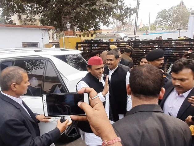 आजम खान से मिलने सीतापुर जेल पहुंचे अखिलेश यादव