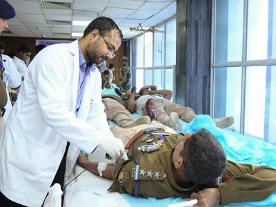 एम्स के ब्लड डोनेशन ड्राइव में सुरक्षाकर्मी कर रहे रक्तदान (CRPF फोटो)