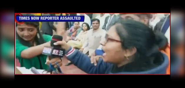 दिल्ली हिंसा: कपिल मिश्रा के समर्थकों ने टाइम्स नाउ की रिपोर्टर के साथ की बदसलूकी