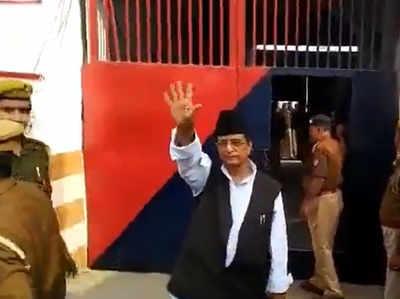 जेल के अंदर जाते आजम खान