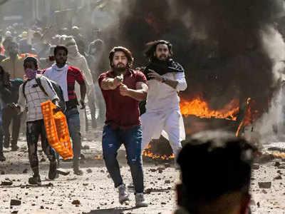 पुलिसकर्मी पर पिस्टल तानने वाला शाहरुख अभी फरार है