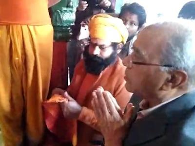 हनुमानगढ़ी में पूजा करते नृपेंद्र मिश्र