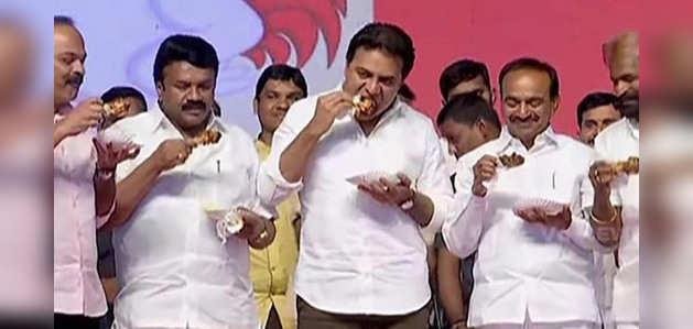 कोरोना वायरस से हुई अफवाह रोकने के लिए हैदराबाद में मंत्रियों ने खुले मंच पर खाया चिकन
