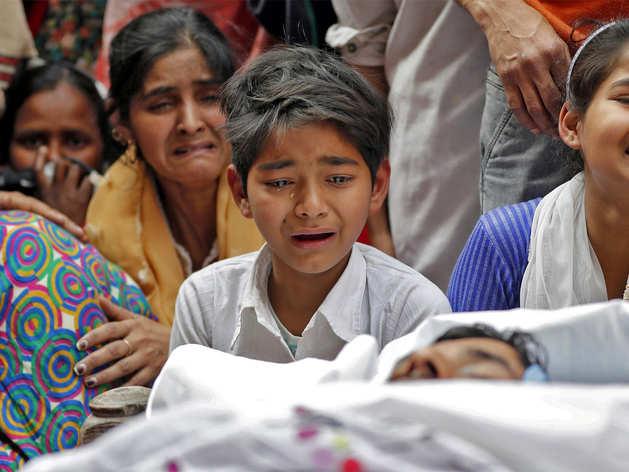 मुद्दसर खान के शव के पास बिलखता उनका बेटा।