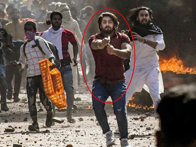 दिल्ली हिंसा में पुलिस पर पिस्टल तानने वाला शाहरुख।