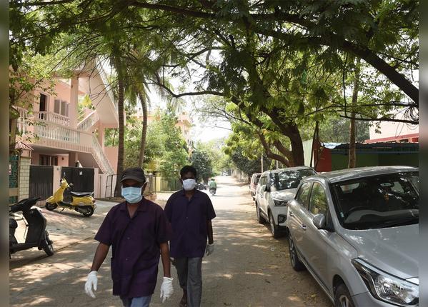 हैदराबाद में लोगों में खौफ, मास्क लगाकर घूम रहे लोग