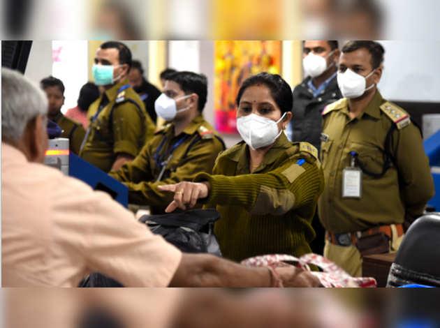 कोरोना वायरस: सरकार विदेश से आने वालों पर बरत रही कड़ाई, दिखाना होगा निगेटिव सर्टिफिकेट