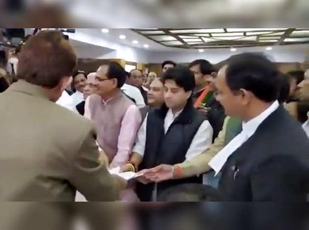 ज्योतिरादित्य सिंधिया और दिग्विजय सिंह ने राज्य सभा चुनाव के लिये भरा नामांकन