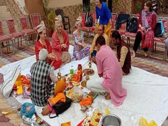 पीपल संग शादी रचातीं युवतियां