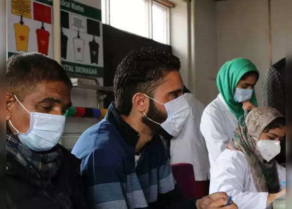 सर्दी-जुकाम से पीड़ित लोगों से दूरी रखें