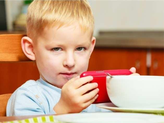 यदि आपका बच्चा भी खाते समय Mobile पर खेलता है Game, तो खड़ी हो सकती है मुसीबत