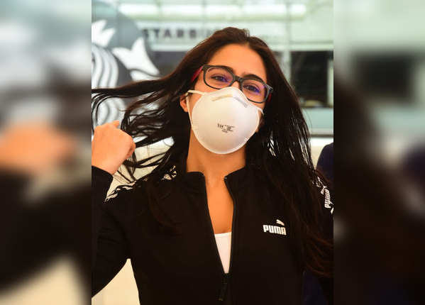 वाराणसी से मुंबई लौटीं सारा अली खान, एयरपोर्ट पर आईं नजर