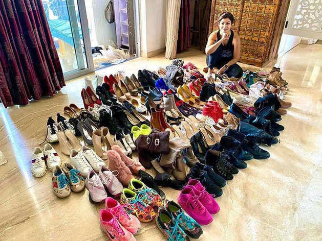 अपने जूतों के कलेक्शन के साथ देबिना बनर्जी