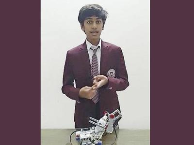 रोबॉट के साथ सिद्ध सांघवी (फोटो: ट्विटर)