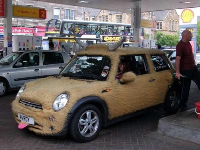 चिढ़ाती है कार...