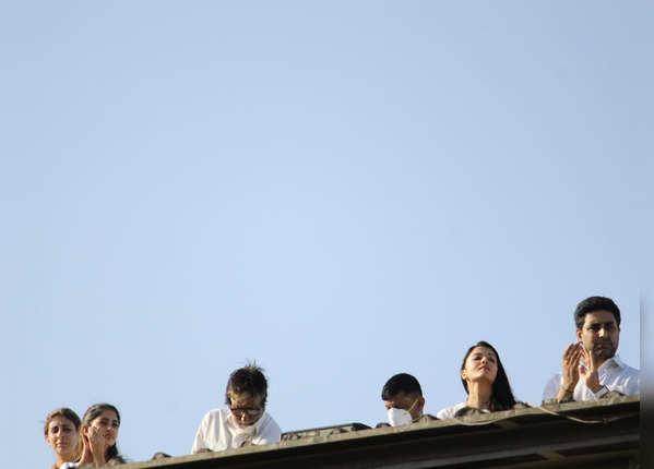 बच्चन परिवार ने बजाई ताली