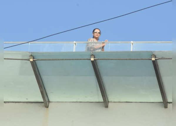 छत पर ताली बजातीं गौरी खान