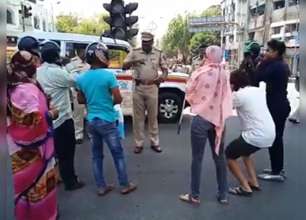 पुलिस ने कराई उठक-बैठक