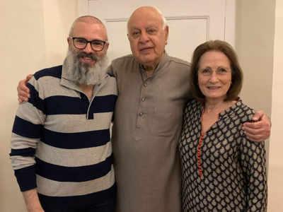 रिहाई के बाद अपने पिता और मां के साथ उमर अब्दुल्ला