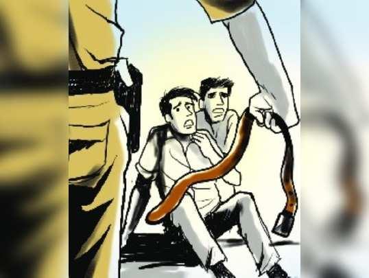 विनाकारण भटकणाऱ्यांना 'पोलिसी प्रसाद'