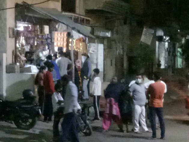 प्रधानमंत्री नरेंद्र मोदी की ओर से संपूर्ण लॉकडाउन की घोषणा के बाद नोएडा की दुकानों पर अचानक से लोग जरूरत का सामान खरीदने पहुंच गए।