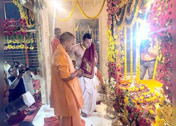 ब्रह्म मूहूर्त में अस्थायी मंदिर में शिफ्ट हुए रामलला