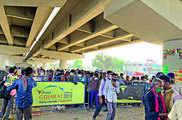 कोरोना: गुजरात से पैदल राजस्थान जाने को मजबूर हुए सैकड़...